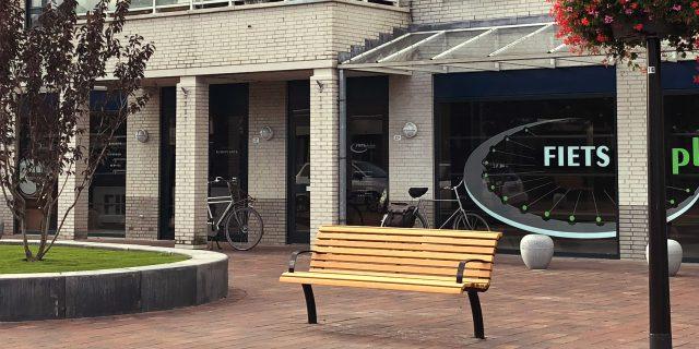 Gemeente plaatst rustbanken in 't Dorp in Heesch
